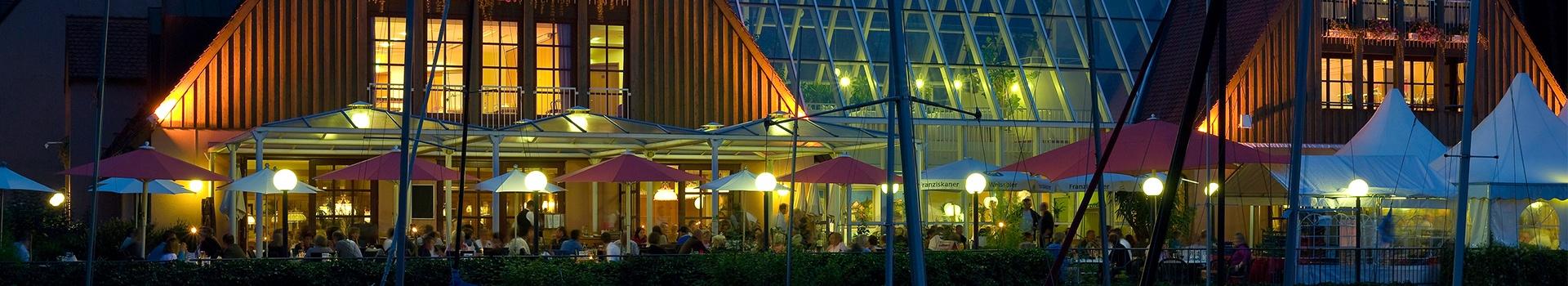 Aktivresort Strandhotel Seehof am Abend, Terrasse