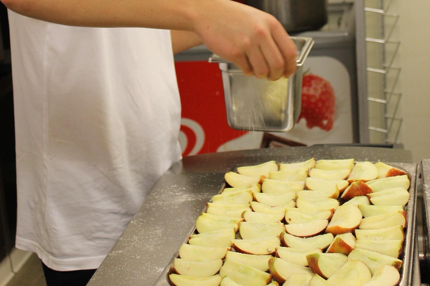 Äpfel mit Zucker bestreuen