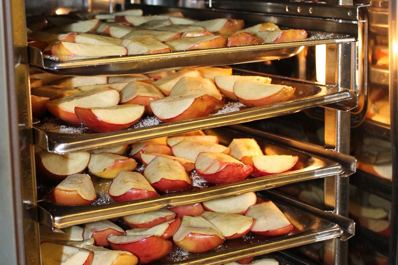 Äpfel für Bratapfellikör im Ofen